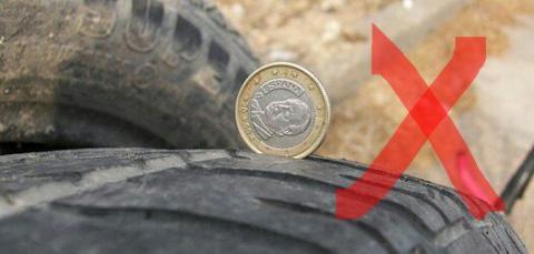 La foto utilizada por la Guardia Civil para enseñar el truco con el que comprobar el estado de los neumáticos.