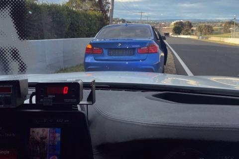 BMW 320i es multado en un circuito en Australia