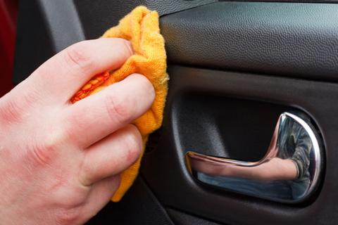 Trucos para limpiar tu coche este verano