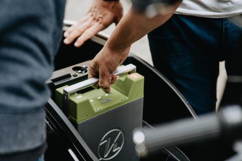 Imagen de un hombre cambiando una batería de su vehículo.