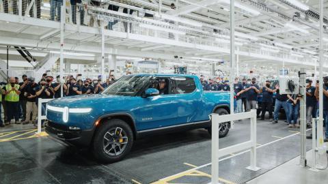 El primer Rivian R1T sale de la línea de producción en Normal, Illinois