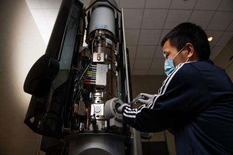 Un científico manipulando una batería