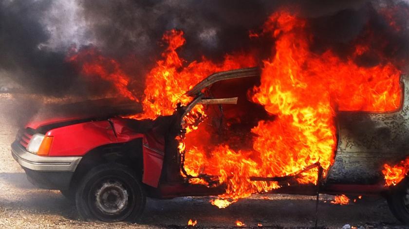 Un Peugeot 205 envuelto en llamas