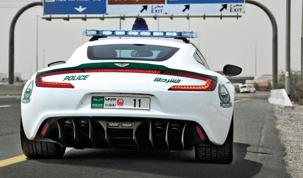 Límite de velocidad Dubai 120 km/h también Policía con Aston Martin
