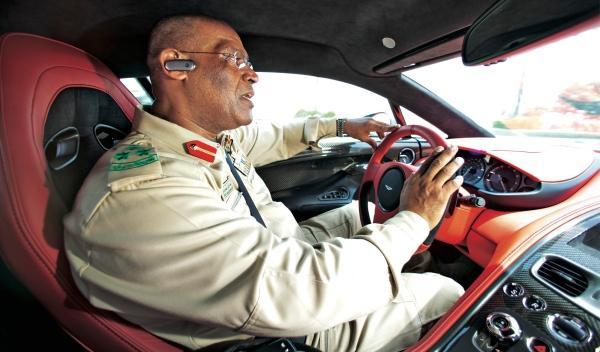Anas al Matrooshi jefe de Policía conduce Aston
