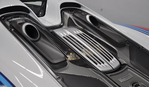 Porsche 918 Spyder Martini escapes motor