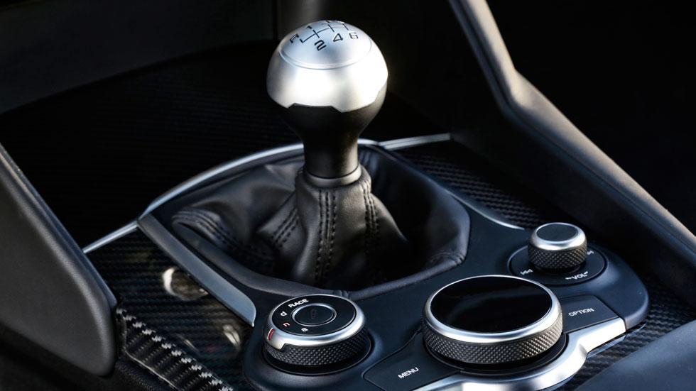 Alfa Romeo Giulia QV cambio pomo manual aluminio