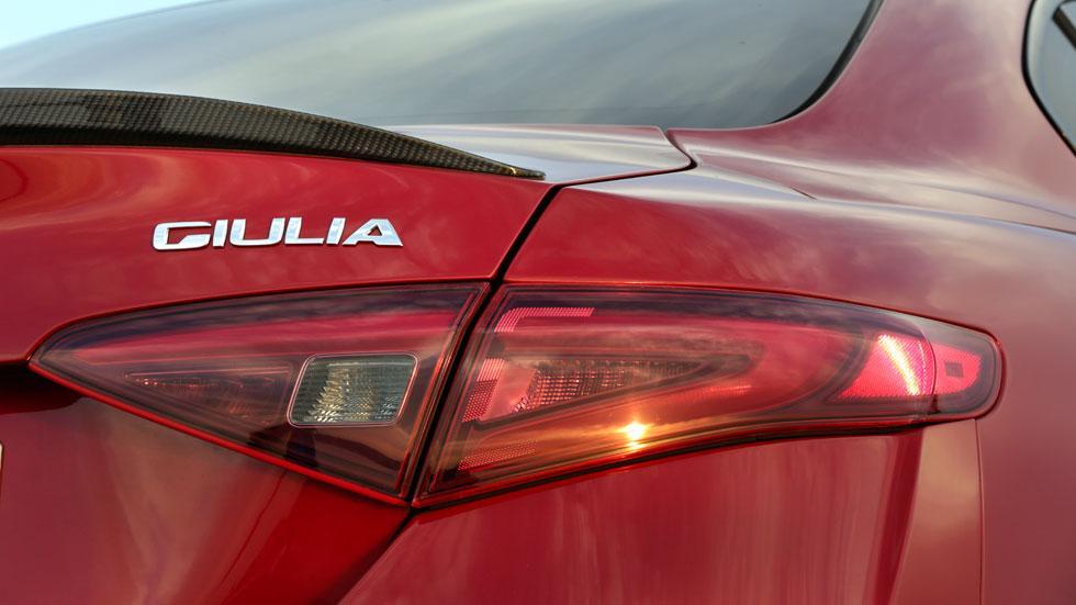 Alfa Romeo Giulia QV faro emblema