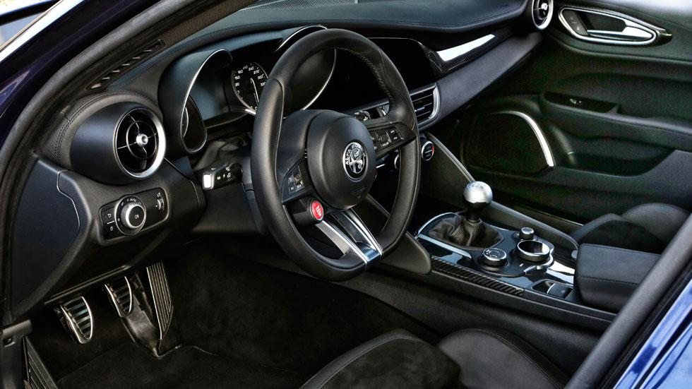 Alfa Romeo Giulia QV interior lujo deportivo
