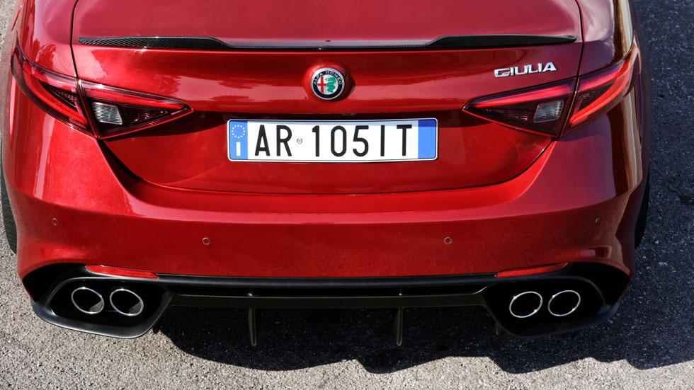 Alfa Romeo Giulia QV trasera cerca escapes