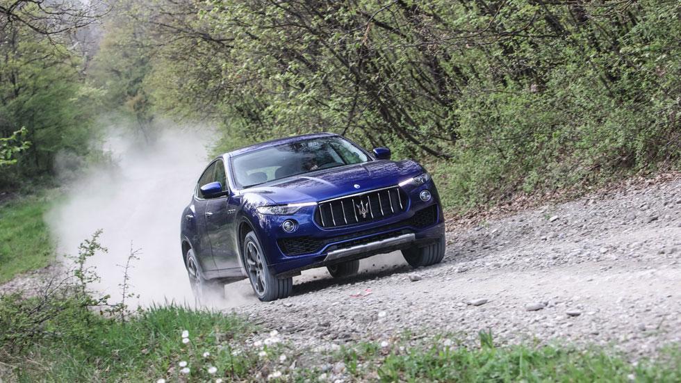 Maserati Levante off-road azul camino piedra