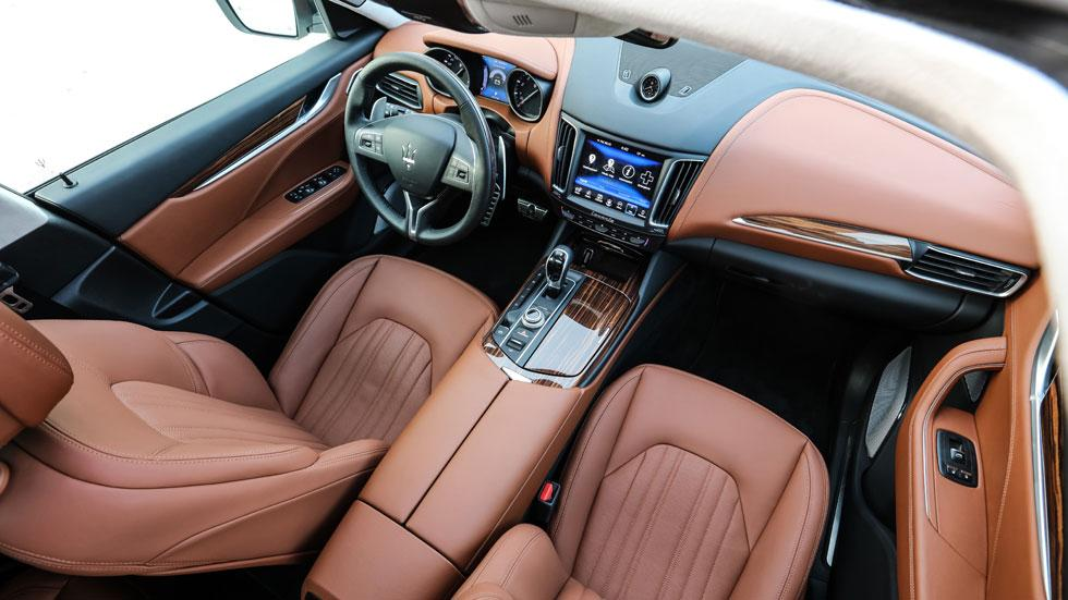 Maserati Levante off-road interior lujo marron madera