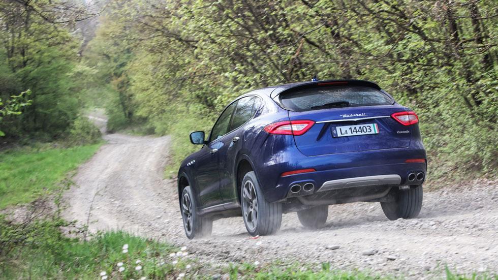 Maserati Levante off-road camino trasera azul