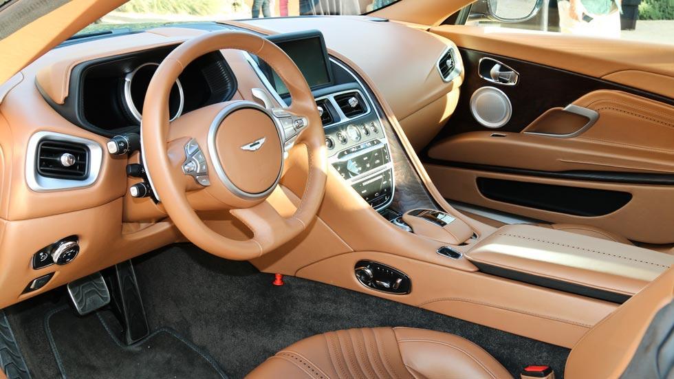 Aston Martin DB11 interior lujo cuero marron