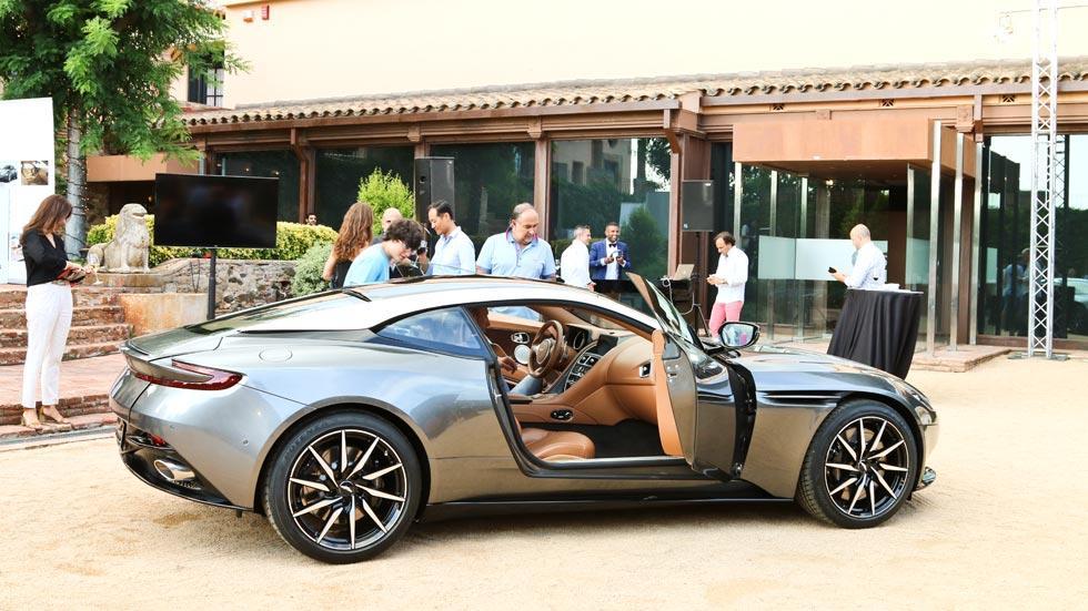 Aston Martin DB11 lateral interior lujo deportivo