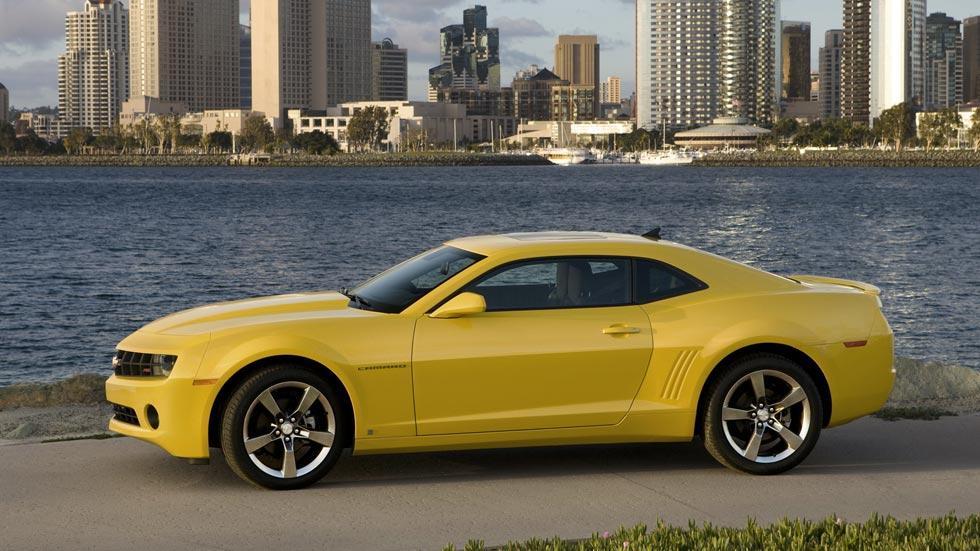 Chevrolet Camaro RS lateral amarillo