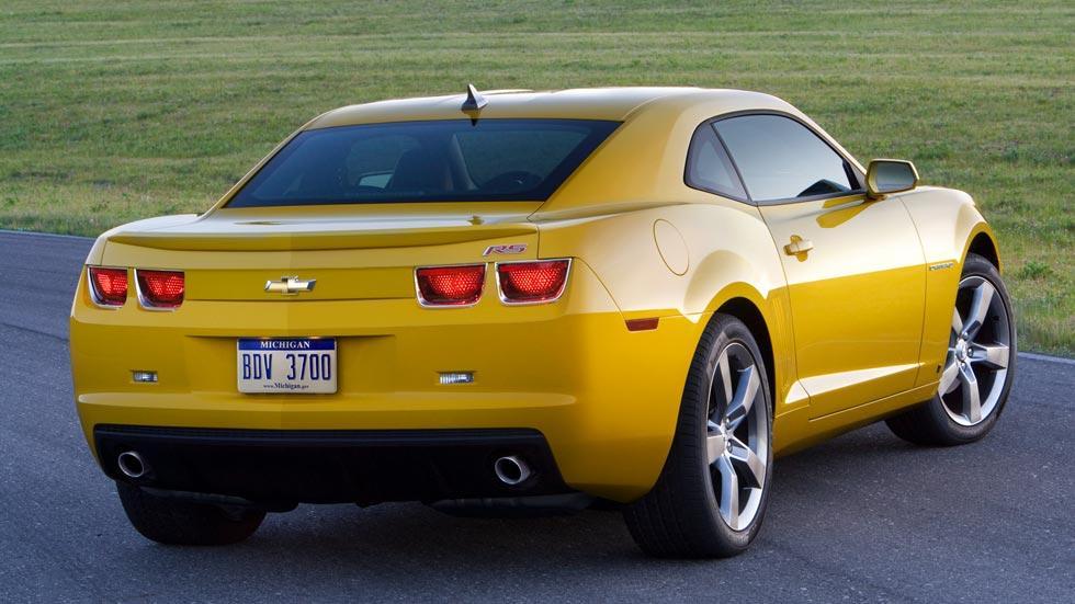 Chevrolet Camaro RS trasera amarillo