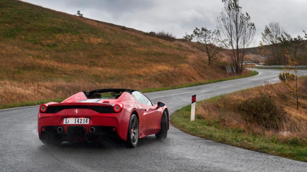 Ferrari 458 Speciale A trasera rojo descapotable