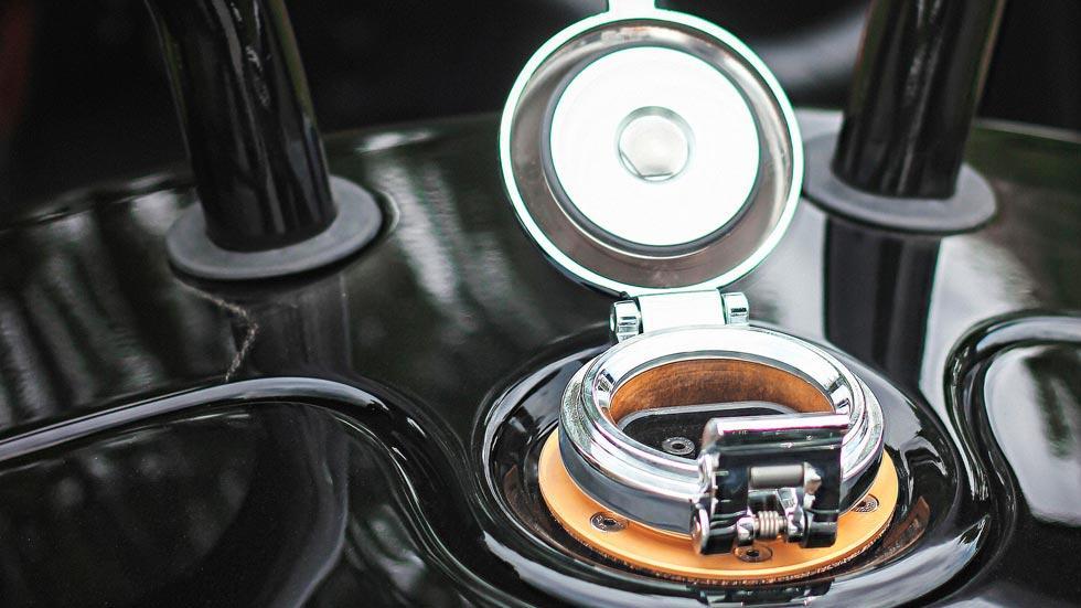 Morgan EV3 Selfridges cargador eléctrico retro