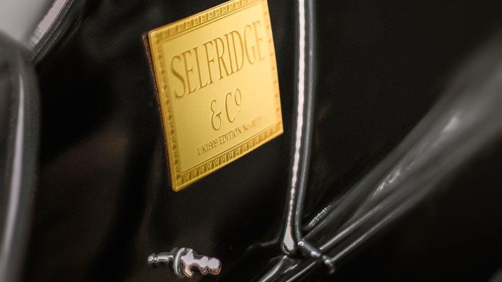 Morgan EV3 Selfridges placa lujo oro