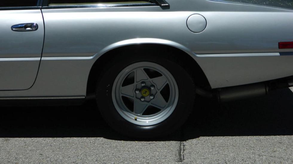 Ferrari 400i rueda