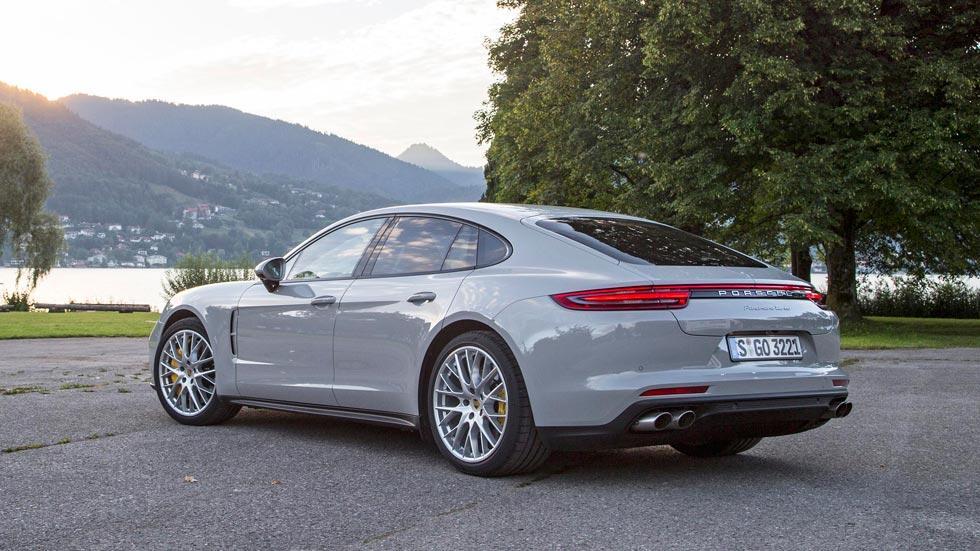 Prueba Porsche Panamera Turbo gris trasera faros