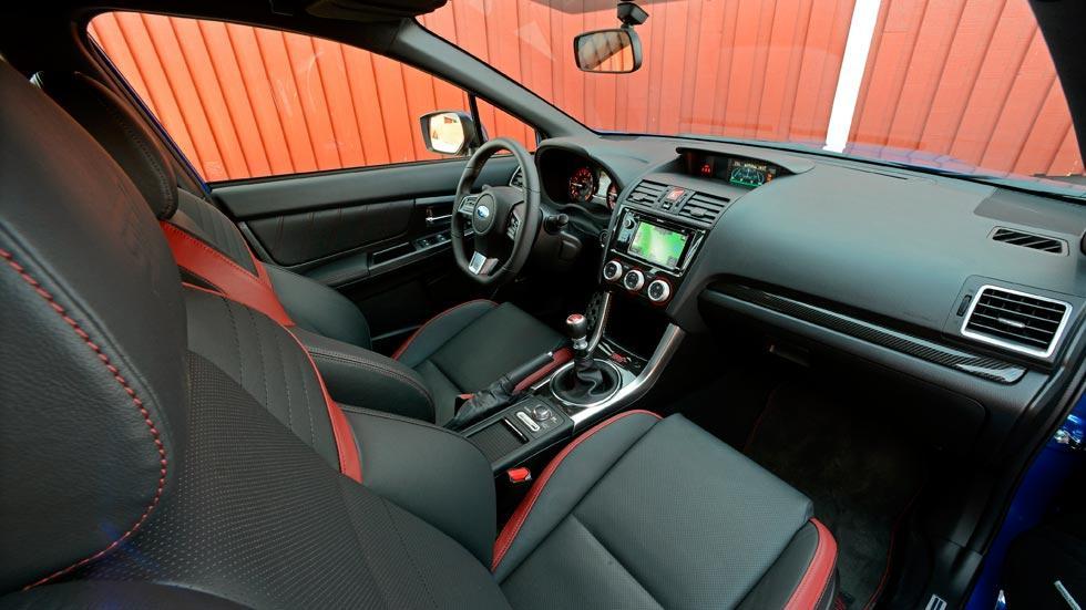 Subaru WRX STi interior racing deportivo cuero