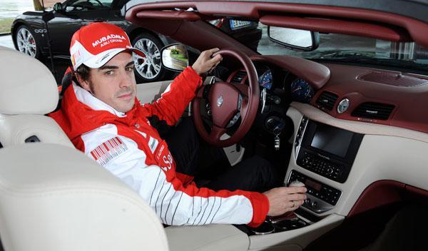 Fernando Alonso, al volante de su Maserati GranCabrio