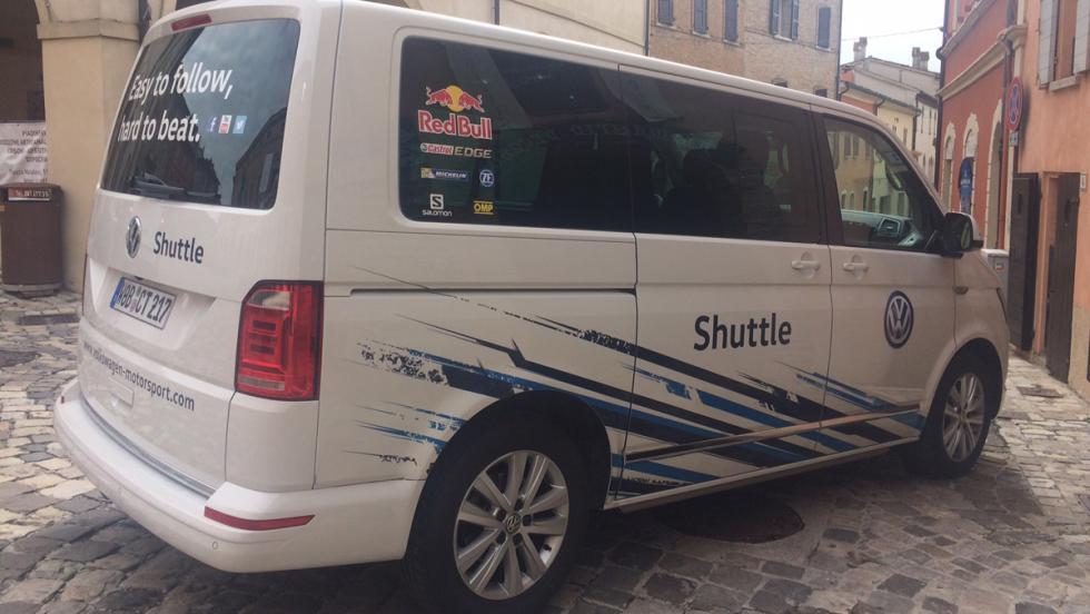 Coches del Rallylegend 2016: VW Transporter, shuttle del rally. Con esas pegatinas corre más.