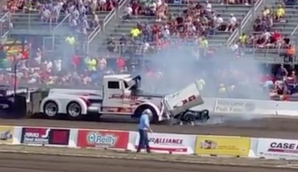 Motor sale volando de un camión