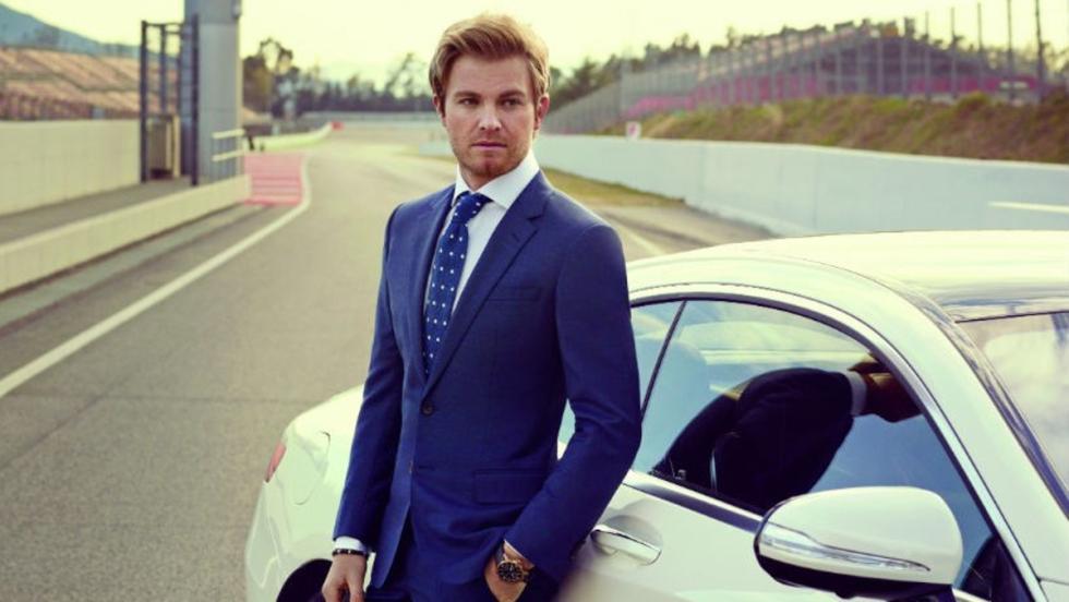 Nico en plan modelo... y el Mercedes, más