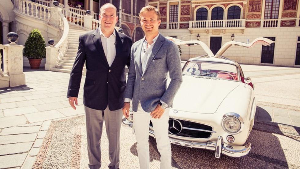 El Príncipe Alberto de Mónaco, el nuevo Rey de la F1 Nico Rosberg, y la joya de la corona, un impresionante 300 SL Coupé del 55, el alas de gaviota