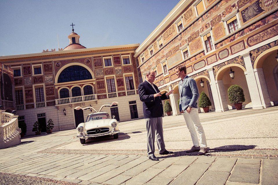 Nico visita al Príncipe Alberto de Mónaco con un impresionante 300 SL Coupé del 55, conocido como alas de gaviota