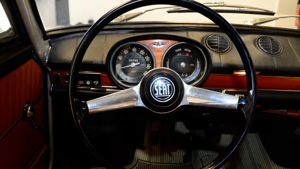 Seat-850-Coupé-puesto-de-conducción