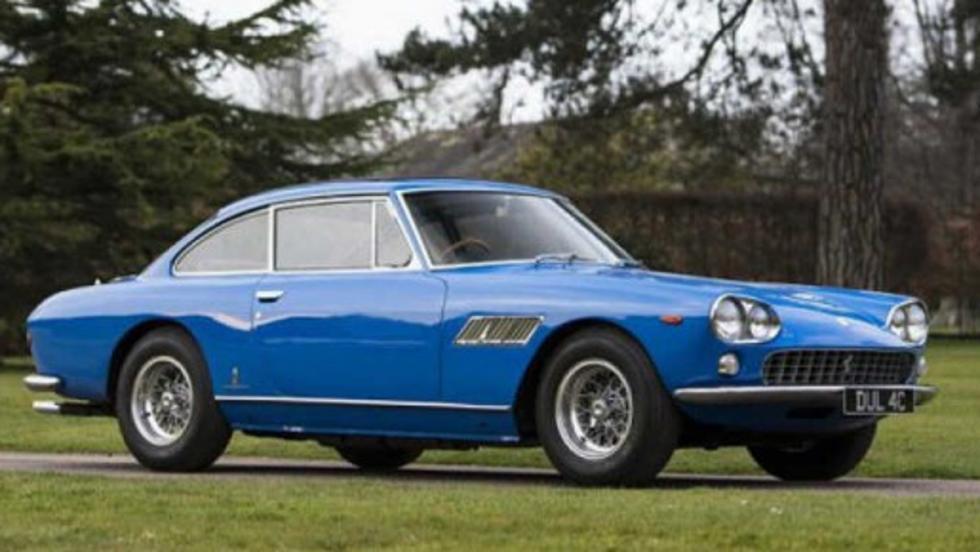 Las cuatro plazas de este Ferrari 330 GTS le permitieron a Lennon viajar con su pareja y su hijo, Julian