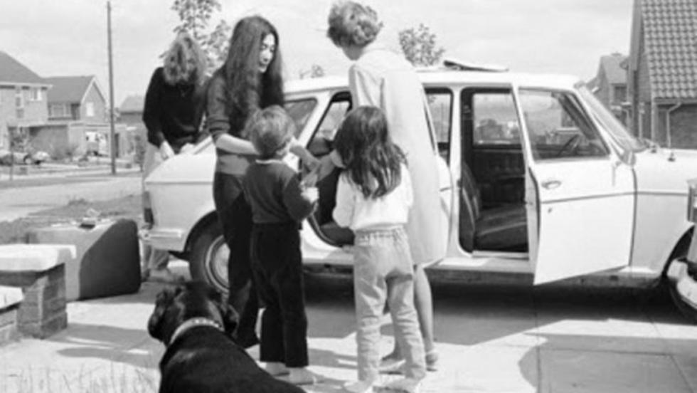 Una foto inusual en la que John y Yoko aparecen con el Morris