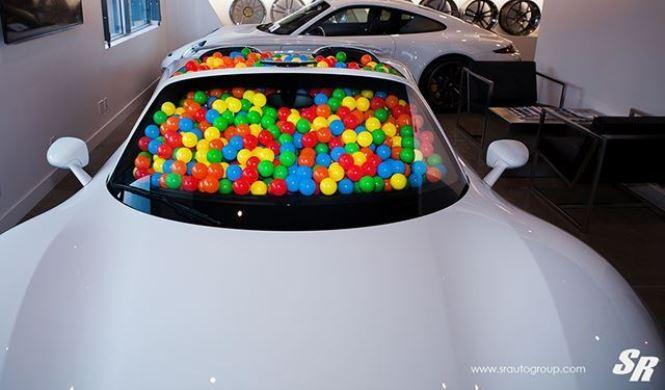 Porsche 918 Spyder lleno de bolas de plástico