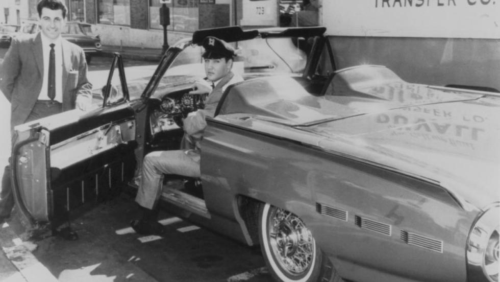 Elvis y su Ford Thunderberd 1962 por el que pagó 6.284 dólares