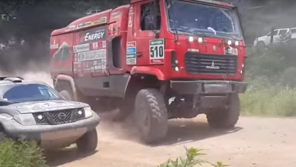 Un espectacular mano a mano en una curva del Dakar 2015