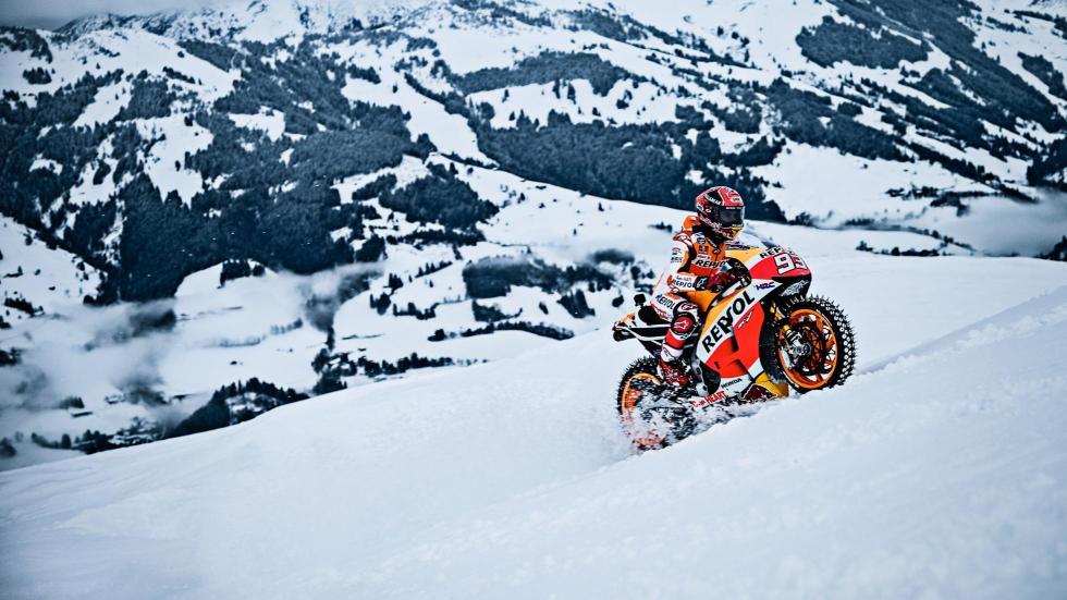 Marc Márquez con su Moto GP en la nieve