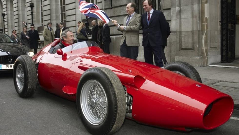 Mason con su Maserati 250F por las calles de Londres