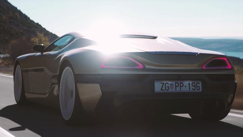 Un Rimac Concept_One arrancándole las pegatinas a un Bugatti Veyron