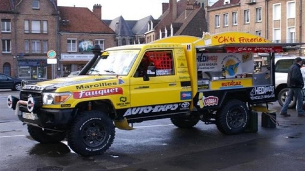 El Toyota Land Cruiser que cocinó y sirvió patatas fritas y terminó en el puesto 58º de la general del Dakar 2005. ¡Flipante!