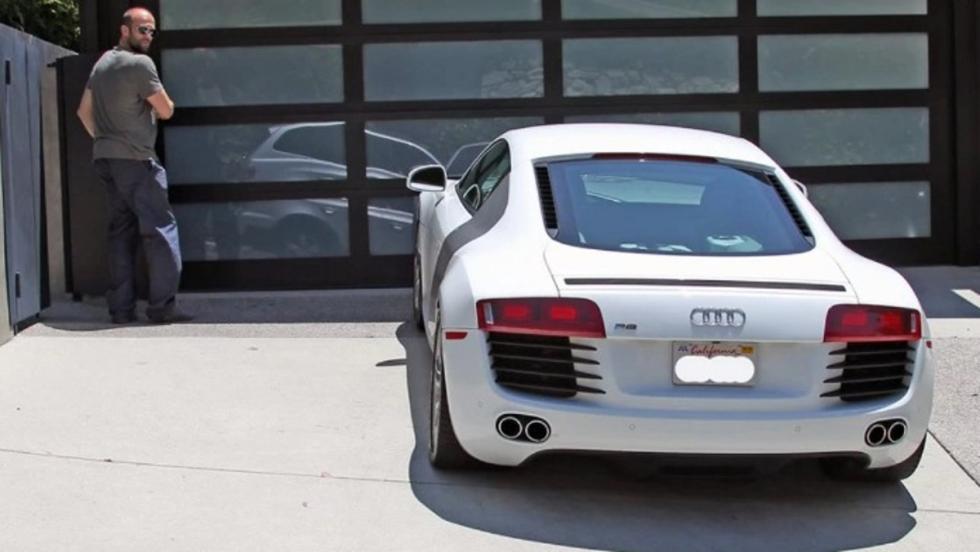 Jason Statham y su Audi R8 en las puerta de su mansión en Los Ángeles