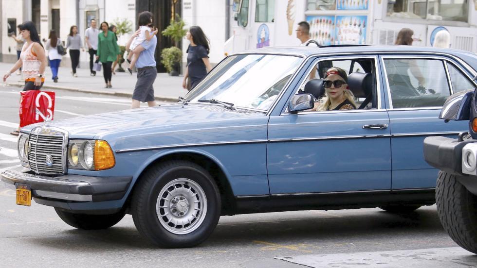 Lady Gaga conduciendo un Mercedes por las calles de Nueva York