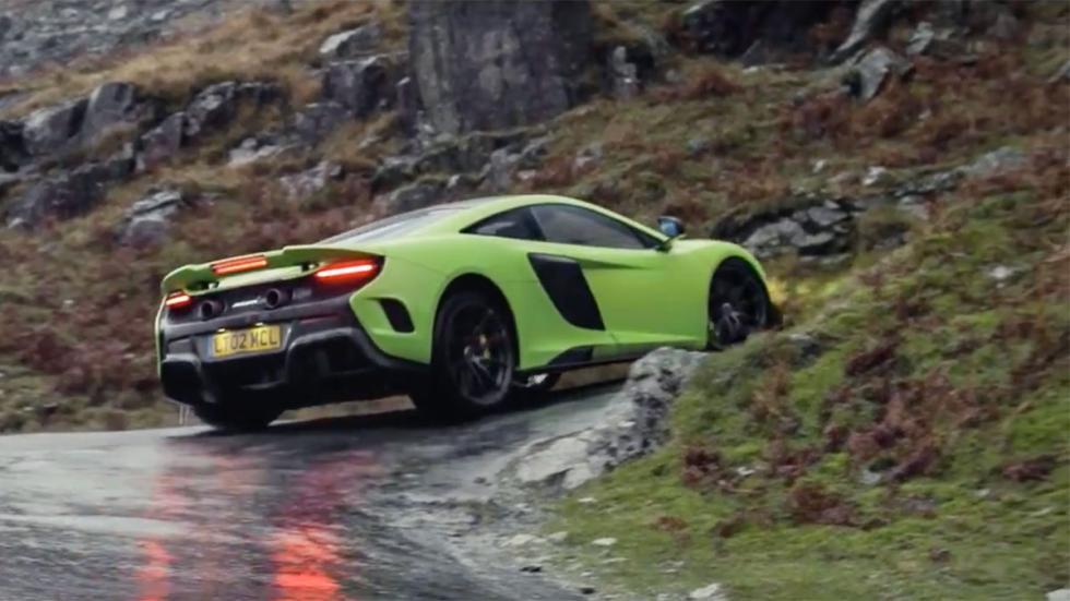 McLaren 675 LT verde carretera curva