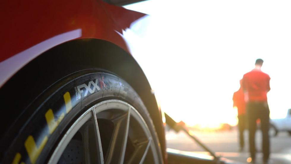 Chris Harris exprimiendo un Ferrari FXXK