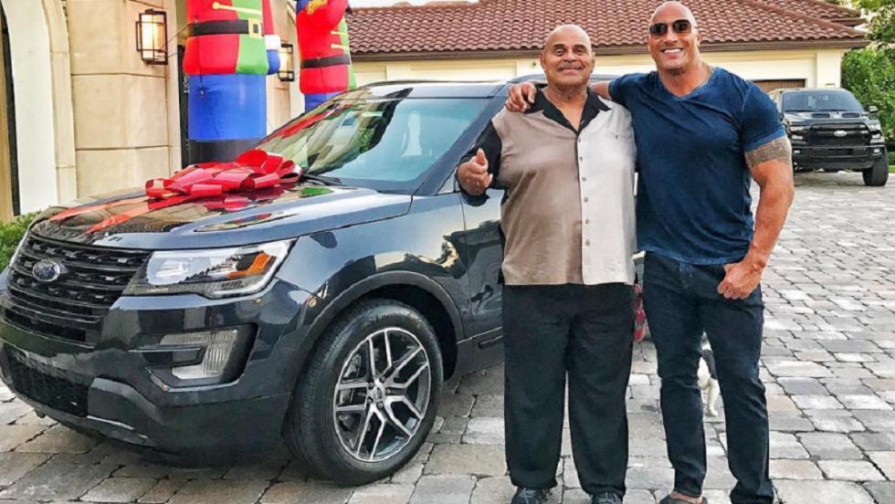Dwayne es un buen hijo y le regaló este Ford Explorer a su padre