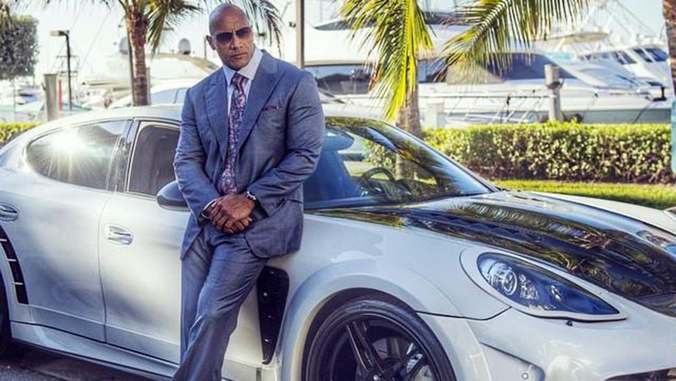 Dwayne Johnson posa con un flipante Porsche Panamera Mansory