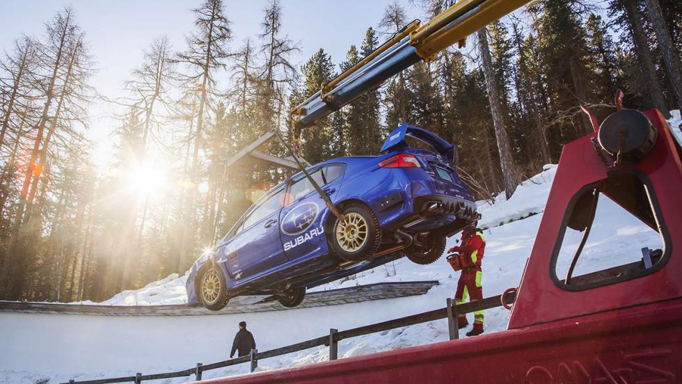 Un Subaru WRX STI en una pista de bobsleigh